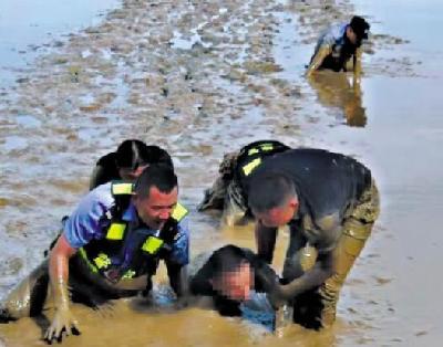 """珠海民警在淤泥里救人,这个""""狗爬式""""很帅"""